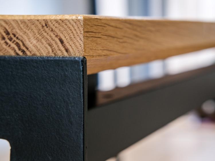 Détail table contemporaine design métal et chêne massif