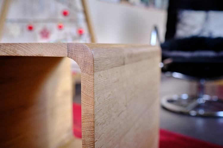 Détail cube design, table contemporaine asymétrique