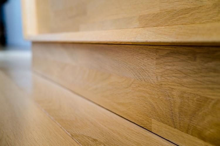 Détail bas de meuble en chêne sur mesure