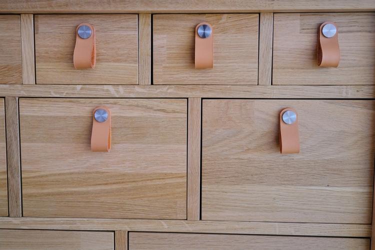 Meuble de rangement à tiroirs mercerie, poignées cuir