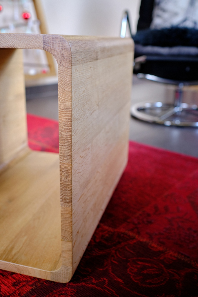 Détail cube design, table contemporaine asymétrique