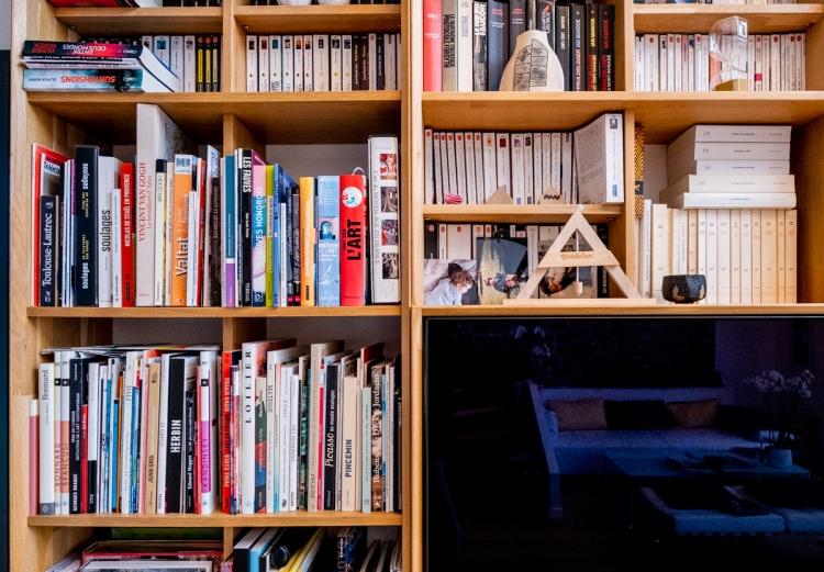 Bibliothèque design en bois massif