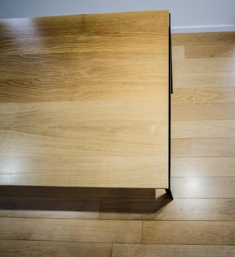 Table contemporaine design type scandinave métal et chêne massif vue de dessus