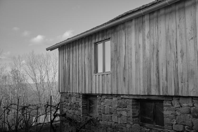 Bardage peuplier sur vieille maison noir et blanc