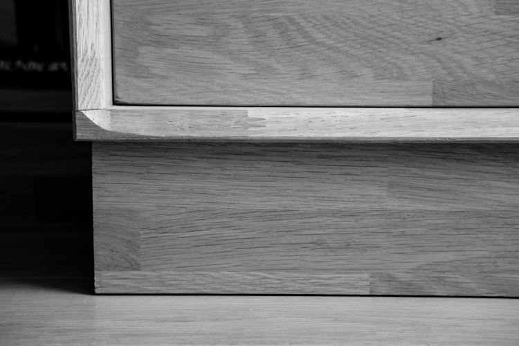 Détail bibliothèque en chêne massif noir et blanc